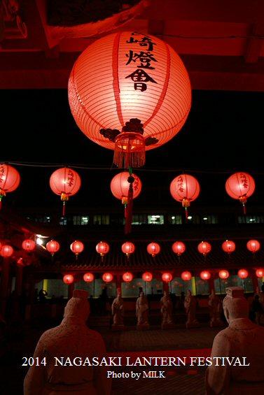 長崎ランタンフェスティバル_孔子廟像と提灯.jpg