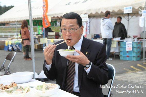 いさはや蕎麦ガレット_宮本市長1.jpg